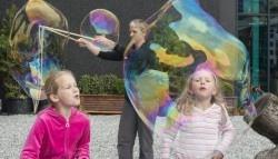 Zabawa z bańkami mydlanymi w VilVite
