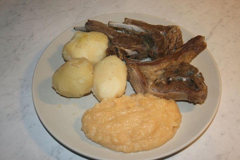Jednym z tradycyjnych wigilijnych dań jest pinnekjøtt, czyli żeberka baranie.