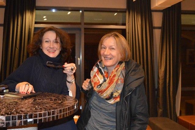 Anna Róża Gurowska ze szczęśliwą zwycieżczynią biletów na kolejny pokaz.