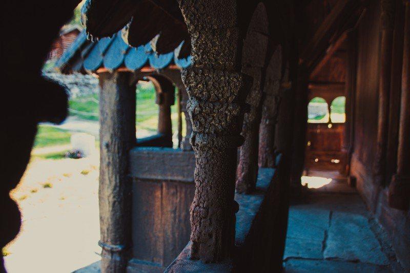 Kościół pw. Św. Andrzeja jest zbudowany wyłącznie z drewna.