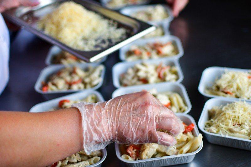 W pokojach prywatnych należy spożywać co najmniej trzy posiłki dziennie. W porozumieniu z dostawcą zewnętrznym należy dołączyć pisemne potwierdzenie na przykład z firmy cateringowej lub istniejącej stołówki na miejscu.
