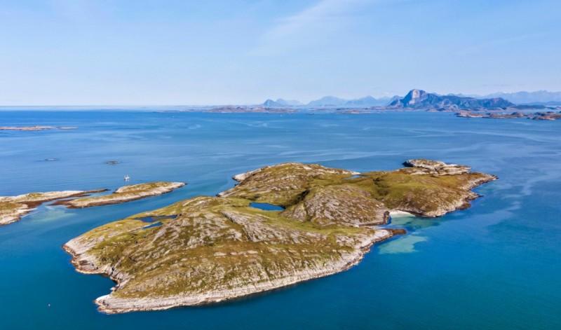 Na wyspie znajduje się m.in. piaszczysta plaża.