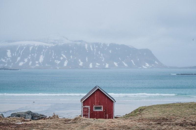 Białe, piaszczyste plaże, góry nad samym morzem, spokojne i malownicze rybackie osady – to wszystko mają do zaoferowania Lofoty, przez wielu uważane za jedne z najpiękniejszych wysp na świecie.