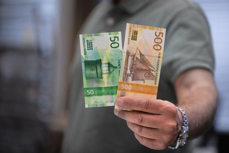 W nowej wersji banknotów wykorzystano motyw morza. Na 50-koronowym banknocie widać latarnię morską, zaś na 500-koronowym łódź.