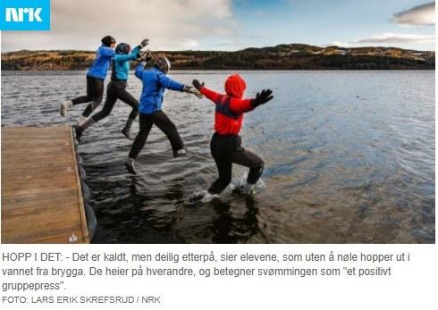 Dzieci ze szkoły w Vingrom uczą się pływać w zimnym jeziorze.