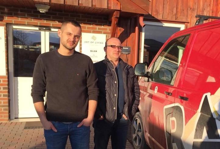 Maciek i Rafał przed wejściem do swojej firmy.