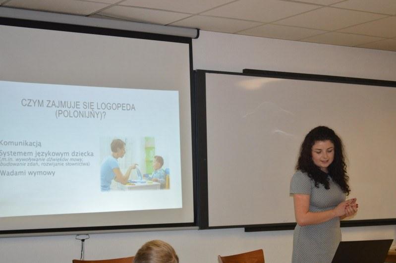 Oktawia Czechowska podczas prelekcji poświęconej problemom logopedycznym.