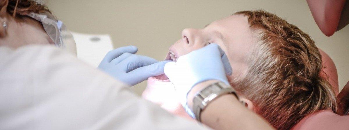 Zwykła próchnica czy już zaniedbanie? Dentyści zgłaszają Barnevernet coraz więcej dzieci