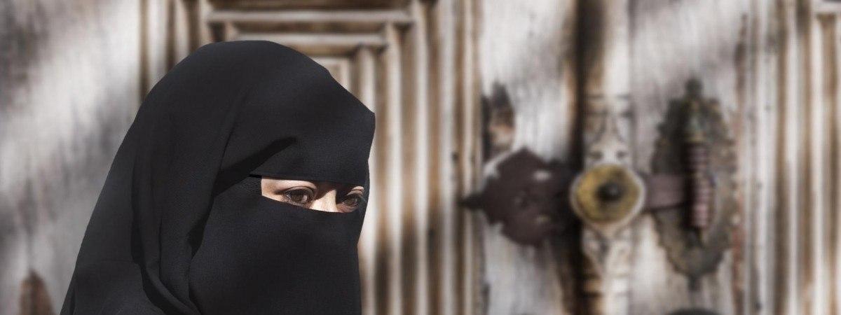 Odsłonięte twarze bez wyjątków: od dziś w szkołach nie wolno nosić nikabów