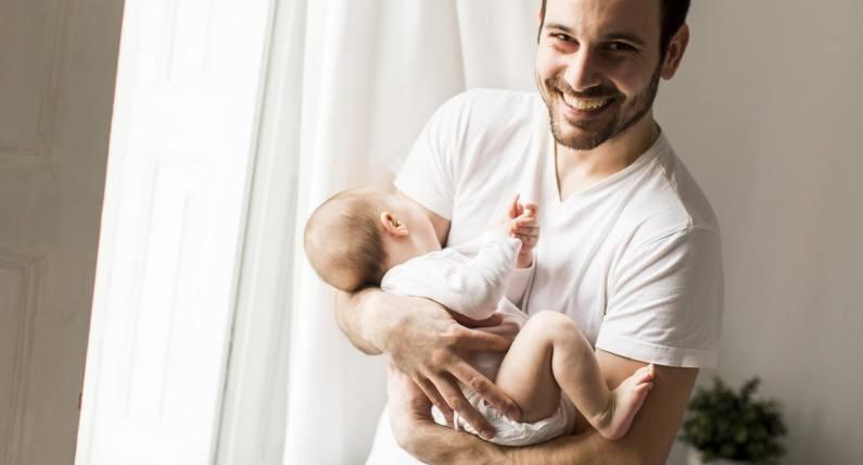 Kiedy tata opiekuje się dzieckiem – wszystko o zasiłku ojcowskim