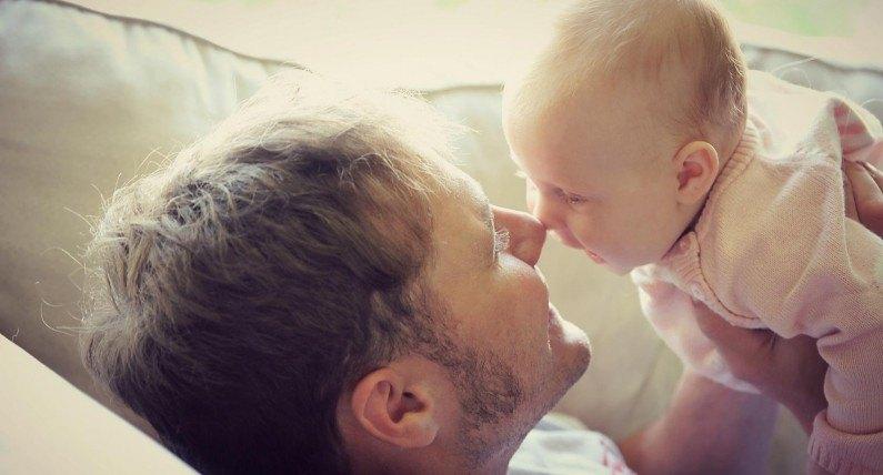 Zasiłek ojcowski: tata może zająć się dzieckiem bez utraty dochodu