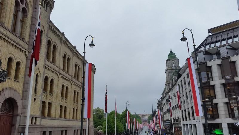 Karl Johans Gate, główna ulica w Oslo, przystrojona polskimi flagami z okazji wizyty Prezydenta RP. Maj 2016