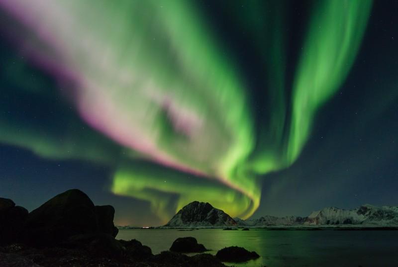 Noc polarna to dogodny czas do upolowania zorzy, czyli zjawiska Aurora borealis.