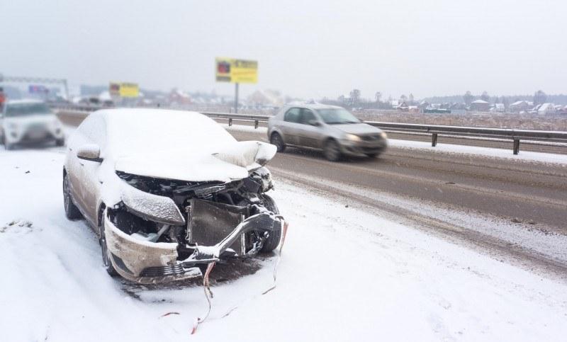 Podczas wypadku z udziałem Polaków droga była ośnieżona, ale policja podała, że samochód był już wyposażony w zimowe opony z odpowiednim bieżnikiem.