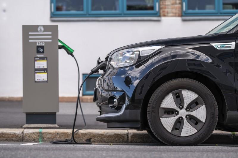 Wprowadzenie podatku na najdroższe pojazdy elektryczne zapowiedziała Partia Pracy, która stanie na czele nowej koalicji rządowej.