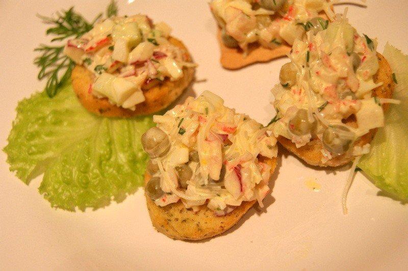 Sałatka sprawdzi się jako główny składnik mini kanapek!