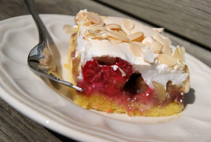 Ciasto idealnie nadaje się na sobotnie, wakacyjne spotkanie z przyjaciółmi.