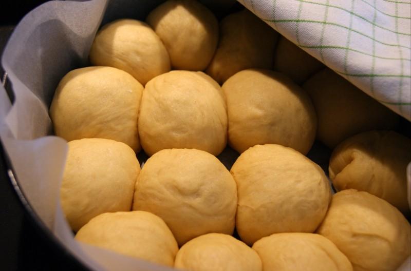 Bułeczki ułożone w tortownicy dobrze jest odstawić jeszcze na 30 min, staną się dzięki temu bardziej puszyste