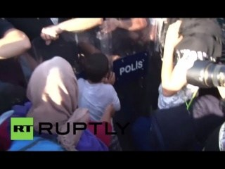 Turkey: Clashes erupt as police form human wall in front of refugees
