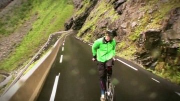 Eskil禅 riding a bike backwards at 80 km/h (top speed) Trollstigen