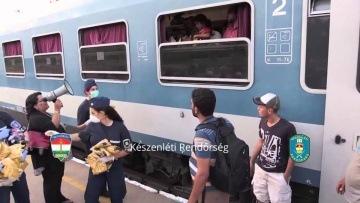 Niezbyt wdzięczni uchodźcy - Węgry: Uchodźcy wyrzucają wodę od policjantów